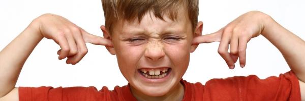 kind vingers in oren tegen geluid